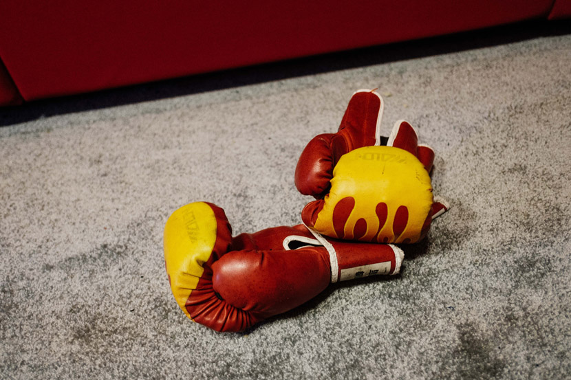 Boxing gloves for inmates who need to vent their anger inside the psychological therapy room in Shanghai, Sept. 5, 2019. Wu Huiyuan/Sixth Tone