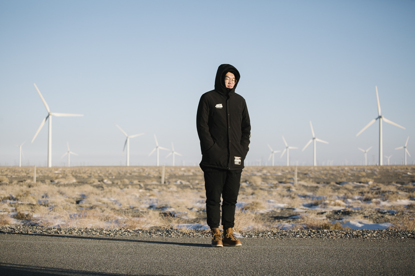 Luo Kai, a worker of the Jiuquan Wind Power Base, poses for a portrait at the wind farm in New Yumen, Gansu province, Dec. 10, 2018. Wu Huiyuan/Sixth Tone