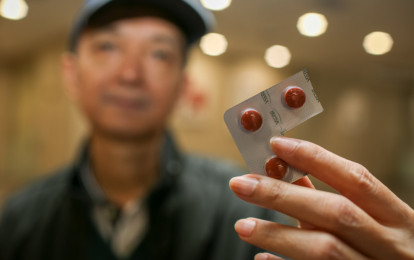 A patient shows his anti-cancer medicine in Haikou, Hainan province, Jan. 25, 2019. Yuan Chen/VCG
