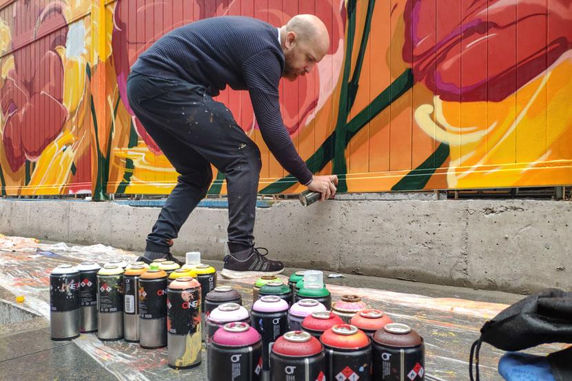 Paul Dezio paints graffiti on Moganshan Road in Shanghai, Nov. 13, 2019. Kenrick Davis/Sixth Tone