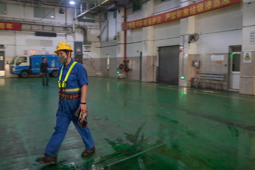 A worker at a waste transfer station in Shanghai, Oct. 17, 2019. Li You/Sixth Tone