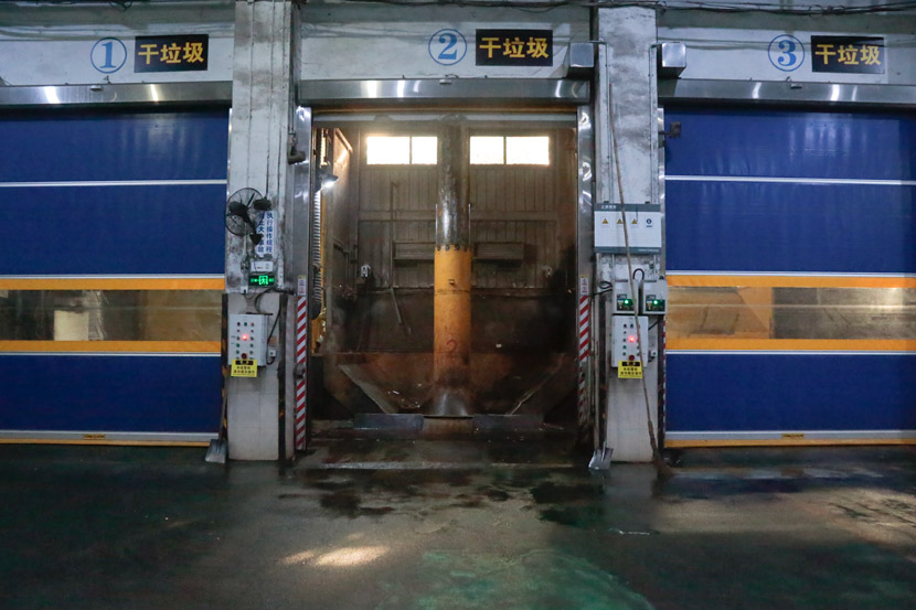 An interior view of a waste transfer station in Shanghai, Oct. 17, 2019. Li You/Sixth Tone