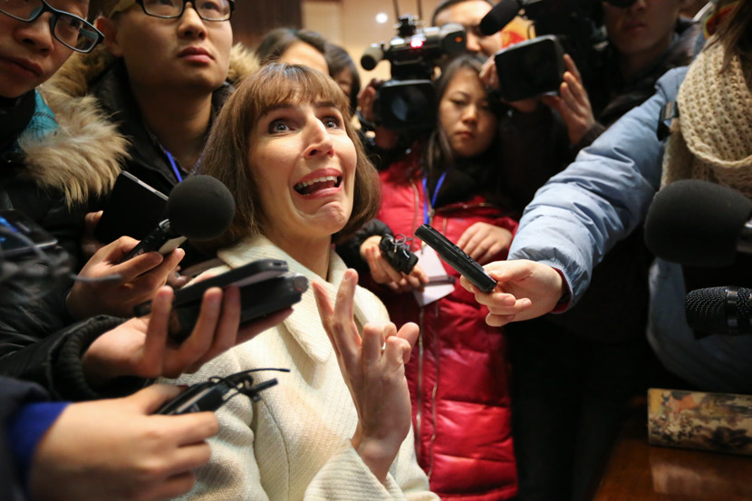 Kim Lee (center), ex-wife of Crazy English founder Li Yang, is interviewed after a trial at the Beijing Chaoyang District People's Court in Beijing, Feb. 3, 2013. IC