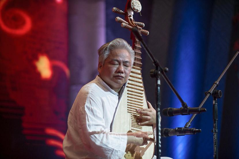 Fang Jinlong plays the 'pipa' in Guangzhou, Guangdong province, Aug. 29, 2014. Tuchong