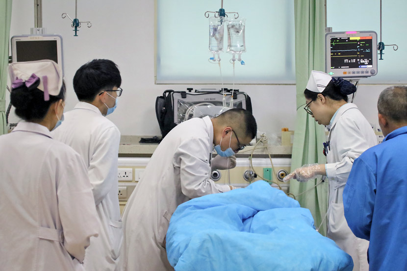 Medical staff treat a patient at an emergency room in Yantai, Shandong province, May 9, 2017. Tuchong