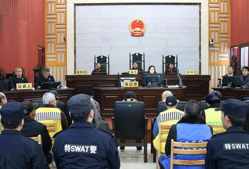 Members of the Liu Family Elder Society (in yellow vests) appear in court in Yingtan, Jiangxi province, Dec. 31, 2019. From @侠客岛 on Weibo