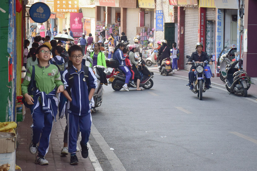 Students walk out of Yunfu No. 1 Primary School during their lunch break in Yunfu, Guangdong province, Nov. 25, 2019. Yuan Ye/Sixth Tone