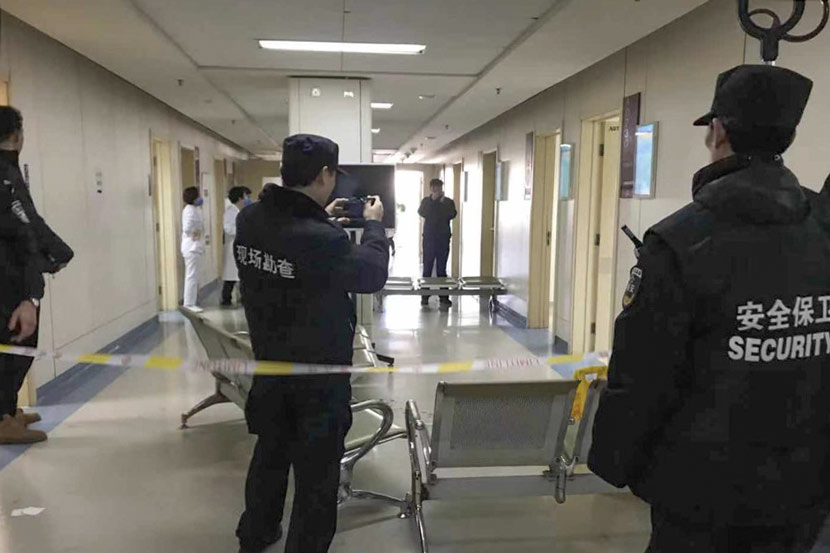 Police officers convene at the scene of a violent attack at Chaoyang Hospital in Beijing, Jan. 20, 2020. From @新浪新闻 on Weibo