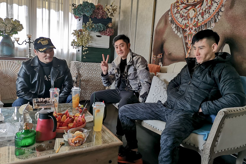 Actors Liu Guang (center), Ming Guang (left) and a friend drink tea in Hengdian Town, Zhejiang province, Jan. 15, 2020. Kenrick Davis/Sixth Tone