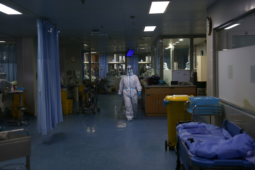 A medical worker in full protective gear walks through Zhongnan Hospital in Wuhan, Hubei province, Jan. 23, 2020. Zheng Chaoyuan and Wei Jiaming for Sixth Tone