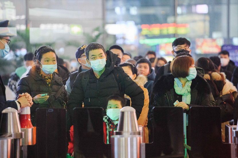 Passengers wait at a ticket barrier in Shanghai Hongqiao Railway Station in Shanghai, Jan. 23, 2020. Wu Huiyuan/Sixth Tone