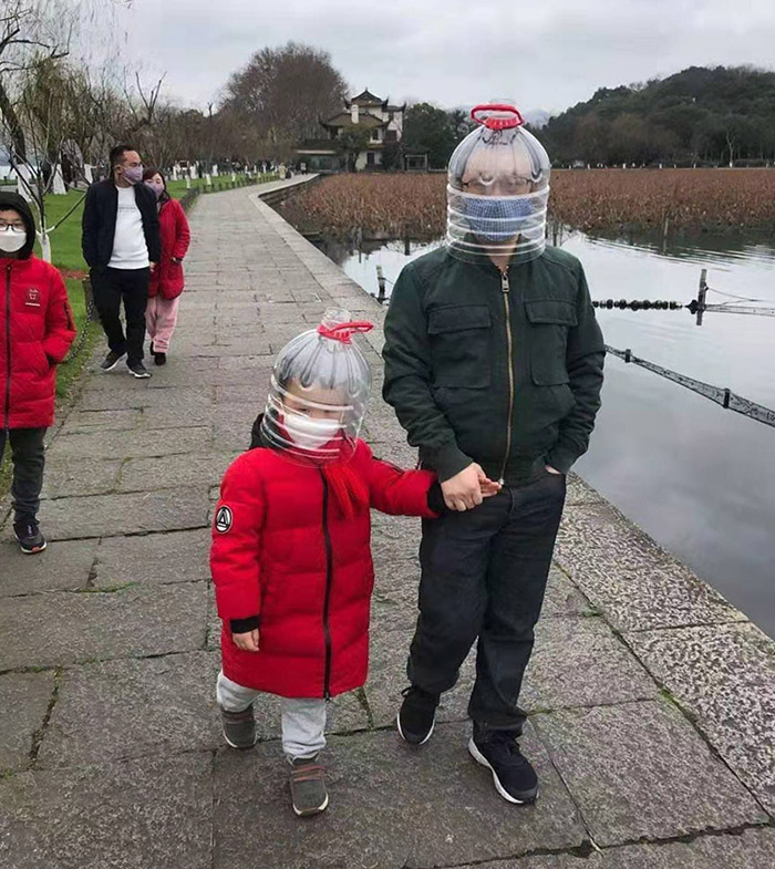 Tourists wear helmets made from plastic bottles. From @眼科小超人老梁 on Weibo