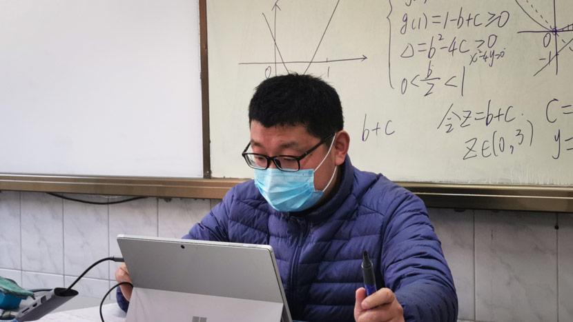 A math teacher teaches a livestreamed class for high school seniors at Nanjing No.9 Middle School in Nanjing, Jiangsu province, Jan. 31, 2020. Yang Zhe for Sixth Tone