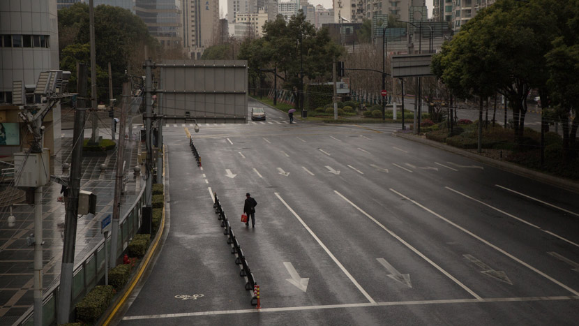 A view of a nearly deserted street in Shanghai, Feb. 6, 2020. Shi Yangkun/Sixth Tone