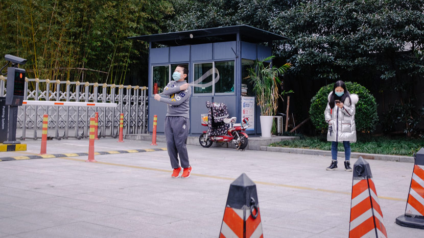 A child practices skipping outside a compound in Shanghai, Feb. 3, 2020. Wu Huiyuan/Sixth Tone