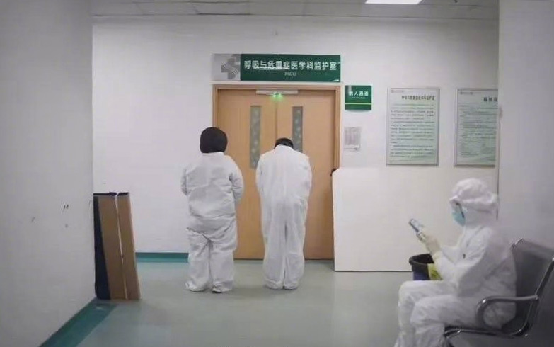 Medical staff pay their respects to Li Wenliang by bowing to the door of his ward at Wuhan Central Hospital, Hubei province, February 2020. From @第一财经日报 on Weibo