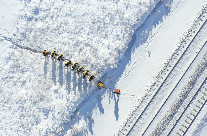 Railway troubleshooters cross a snow-covered road in Xilinhot, Inner Mongolia Autonomous Region, Jan. 13, 2020. Liu Lei/Xinhua