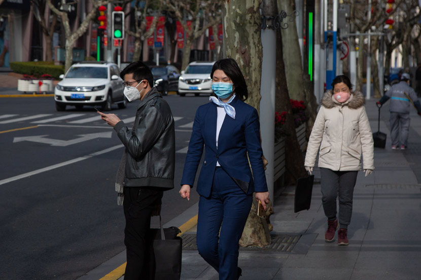 People wear face masks in public on the first official working day after the extended Spring Festival break, Shanghai, Feb. 10, 2020. Shi Yangkun/Sixth Tone