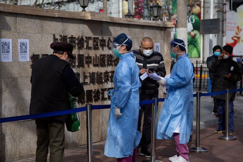 Patients line up to enter a hospital in Shanghai, Feb. 10, 2020. Shi Yangkun/Sixth Tone