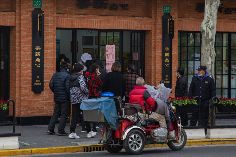 Locals queue at a restaurant in Shanghai, Feb. 10, 2020. Shi Yangkun/Sixth Tone