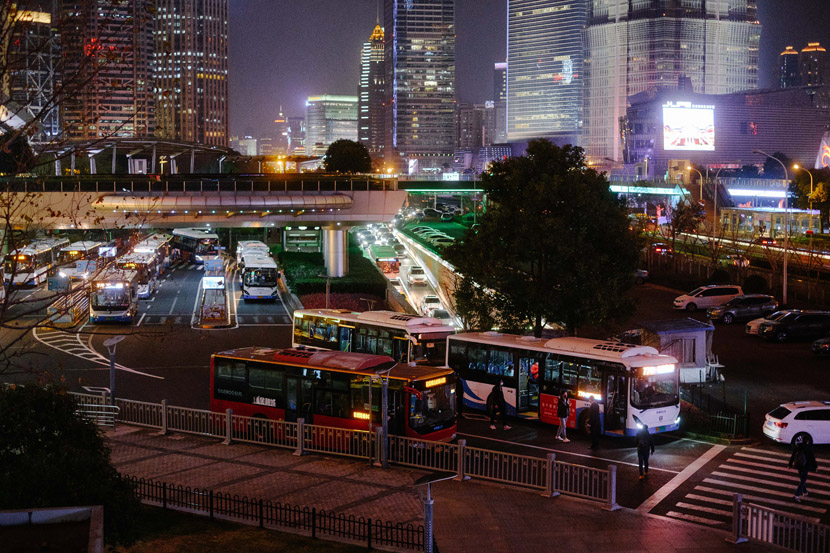 A night view of busy roads in Shanghai, Feb. 10, 2020. Wu Huiyuan/Sixth Tone