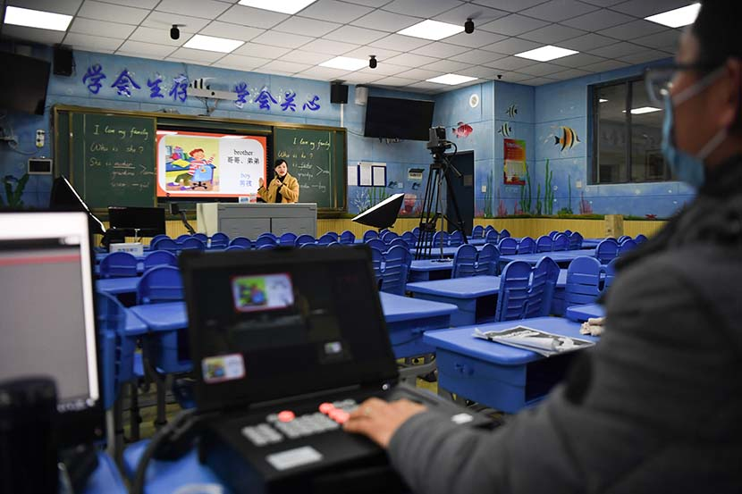 An English teacher gives a livestreamed lecture at Lushan International Experimental School in Changsha, Hunan province, Feb. 10, 2020. Xinhua