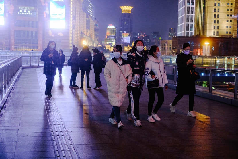 People wearing masks walk along Lujiazui, in Shanghai, Feb. 10, 2020. Wu Huiyuan/Sixth Tone