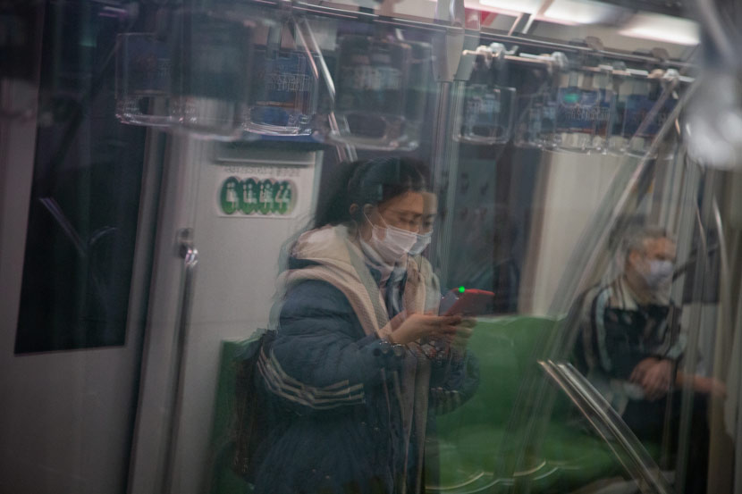 Passengers wear face masks on the subway in Shanghai, Feb. 12, 2020. Shi Yangkun/Sixth Tone