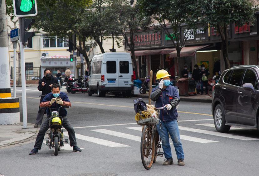 Workers wear face masks in Shanghai, Feb. 12, 2020. Shi Yangkun/Sixth Tone