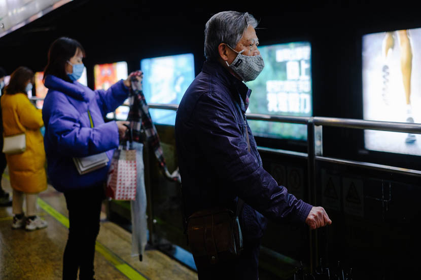 People wait for the next train to arrive at a subway station in Shanghai, Jan. 22, 2020. Wu Huiyuan/Sixth Tone