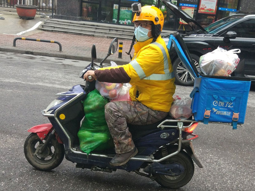 Lao Ji riding his scooter, Wuhan, Hubei province, February 2020. From @计六一六 on Weibo