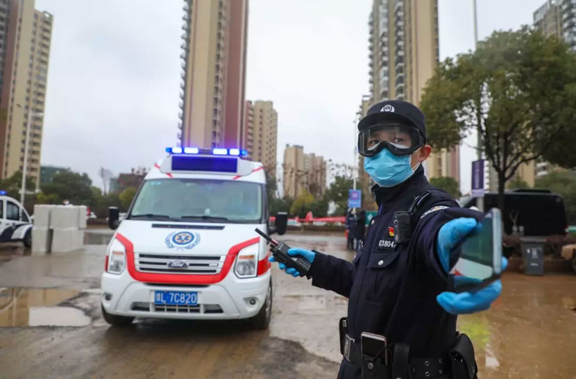 A police officer on duty near Huoshenshan Hospital, one of two quickly erected quarantine facilities in Wuhan, Hubei province, 2020. From 平安湖北 on WeChat