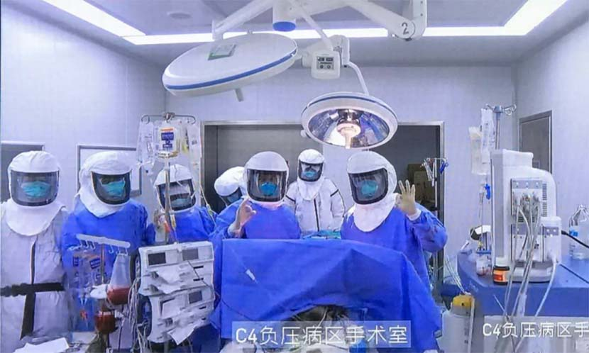 Medical workers pose for a photo after the successful lung transplant surgery in Wuxi, Jiangsu province, Feb. 29, 2020. From @陈静瑜肺腑之言 on Weibo