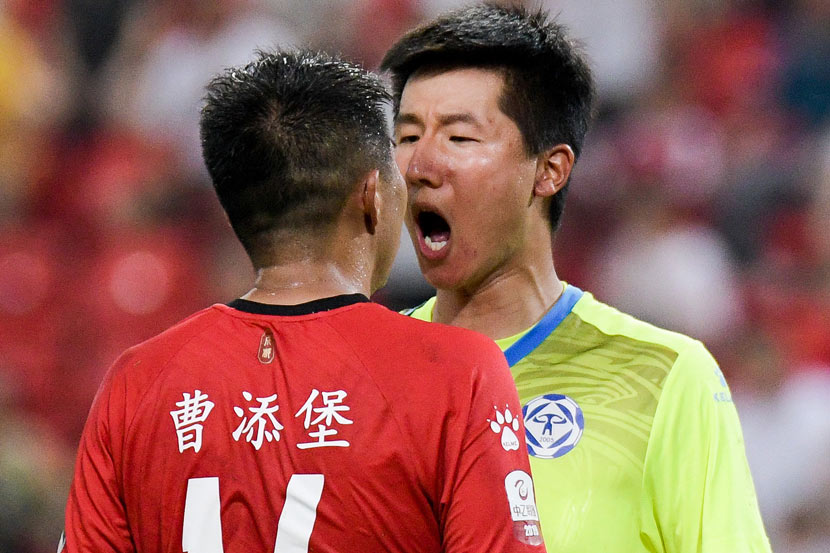 The Fujian Tianxin F.C. goalkeeper (in yellow) argues with an opponent from Chengdu Xingcheng F.C. during a China League Two match in Chengdu, Sichuan province, July 27, 2019. VCG