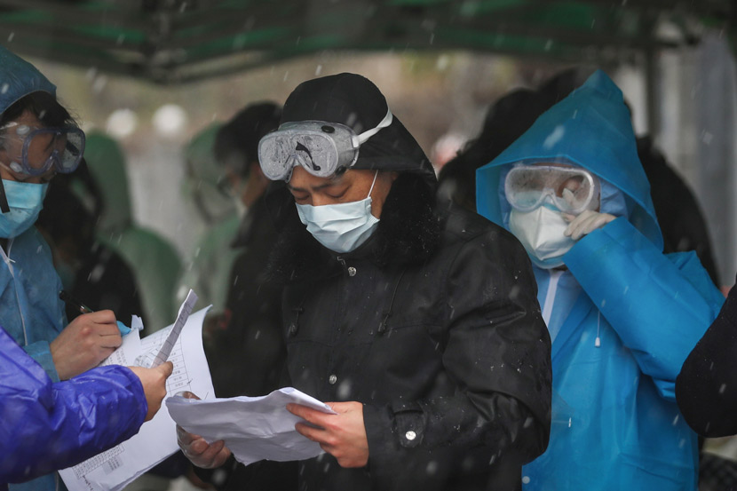 Medical workers and health officials review documents at Union Hospital Cancer Center in Wuhan, Hubei province, Feb. 15, 2020. Yuan Zheng for Sixth Tone