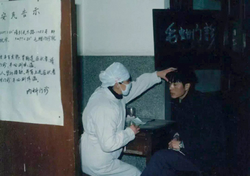 A doctor checks a patient during an outbreak of Hepatitis A in Shanghai, 1988. From @潜龙在渊围脖 on Weibo