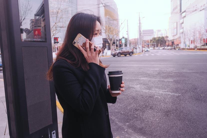 A mother calls beside a road in Shanghai, Feb. 27, 2020.  Wu Huiyuan/Sixth Tone
