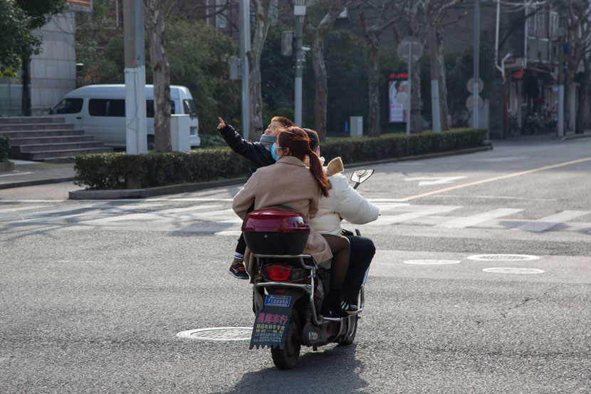 A family rides a scooter in Shanghai, Feb. 12, 2020. Shi Yangkun/Sixth Tone