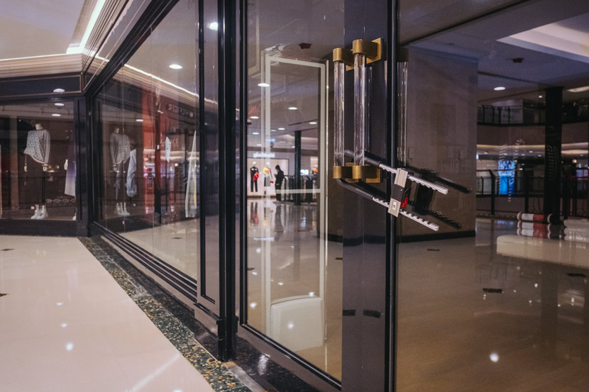 A store is locked in Shanghai, Feb. 27, 2020. Wu Huiyuan/Sixth Tone