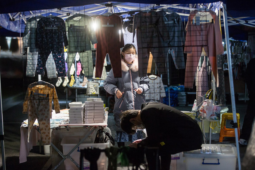 Vendors at a night market that was closed for nearly two months because of the COVID-19 pandemic, Hangzhou, Zhejiang province, March 13, 2020. Chen Zhongqiu for Sixth Tone