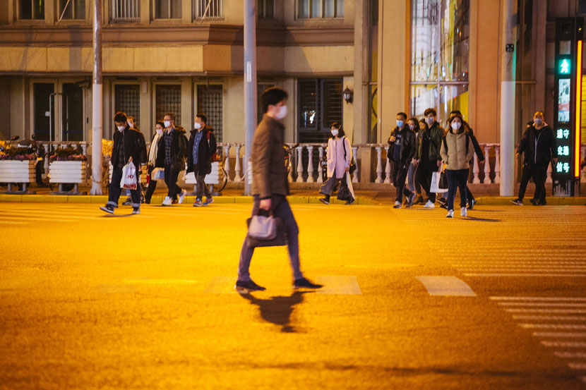 Pedestrians walk through a crossroad in Shanghai, Feb. 27, 2020. Wu Huiyuan/Sixth Tone