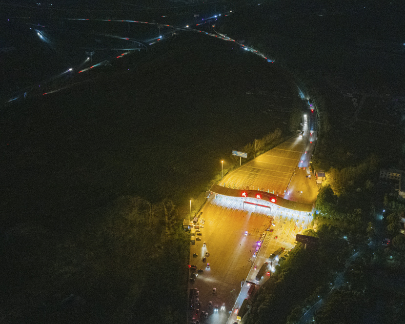 An aerial view of vehicles passing through a toll station in Wuhan, Hubei province, April 8, 2020. Sun Zhan for Sixth Tone