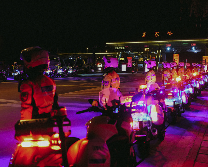 Traffic police wait near the Gongjialing toll station ahead of Wuhan's reopening at midnight Wednesday, Hubei province, April 7, 2020. Shi Yangkun/Sixth Tone