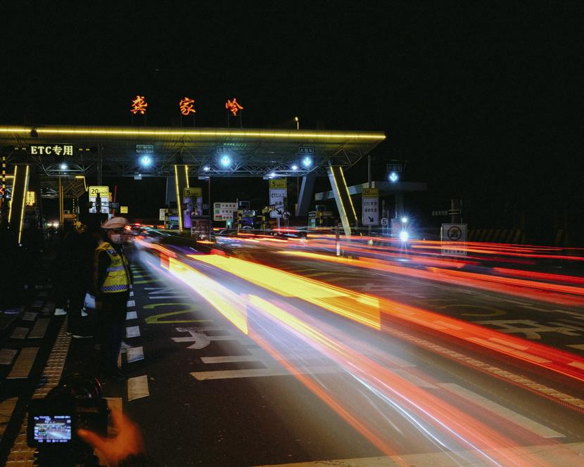 Vehicles pass through the Gongjialing toll station in Wuhan, Hubei province, April 8, 2020. Shi Yangkun/Sixth Tone