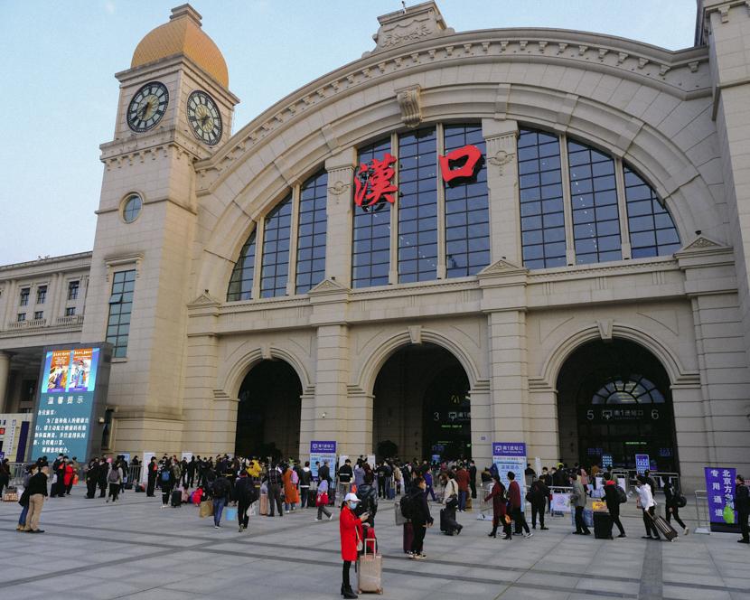 Passengers congregate outside Hankou Railway Station in Wuhan, Hubei province, April 8, 2020. Shi Yangkun/Sixth Tone