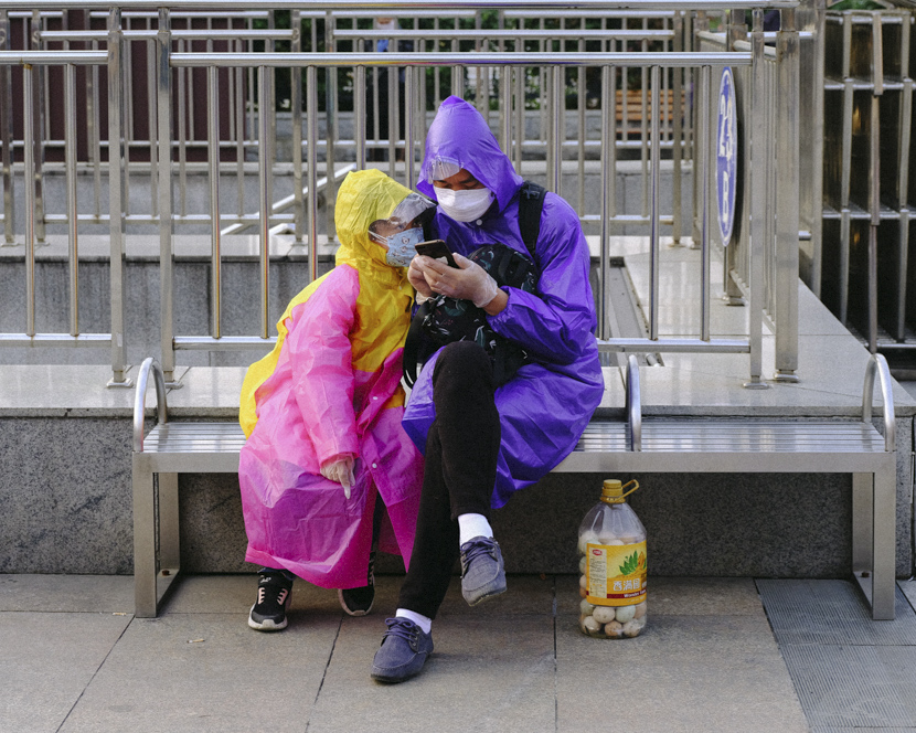 A father and daughter wait outside Hankou Railway Station in Wuhan, Hubei province, April 8, 2020. Shi Yangkun/Sixth Tone