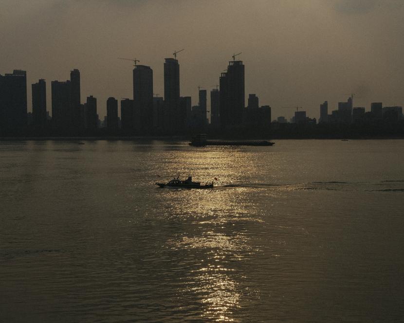 Twilight along Yangtze River in Wuhan, Hubei province, April 7, 2020. Shi Yangkun/Sixth Tone