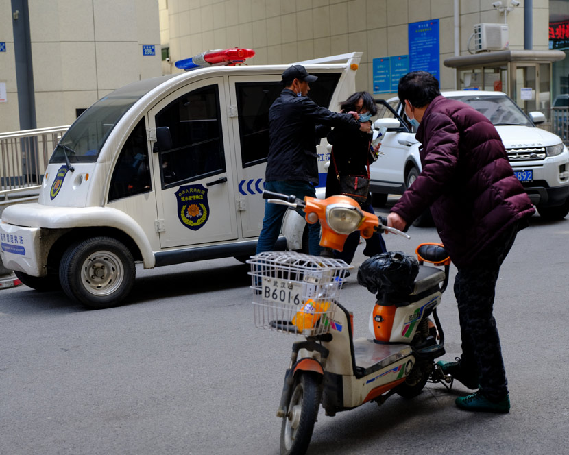 A couple fights on their way to the Jianghan District marriage registration bureau in Wuhan, Hubei province, April 8, 2020. Shi Yangkun/Sixth Tone