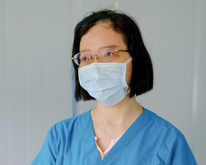 Doctor Zhou Qing poses for a photo at Leishenshan Hospital in Wuhan, Hubei province, April 10, 2020. Shi Yangkun/Sixth Tone