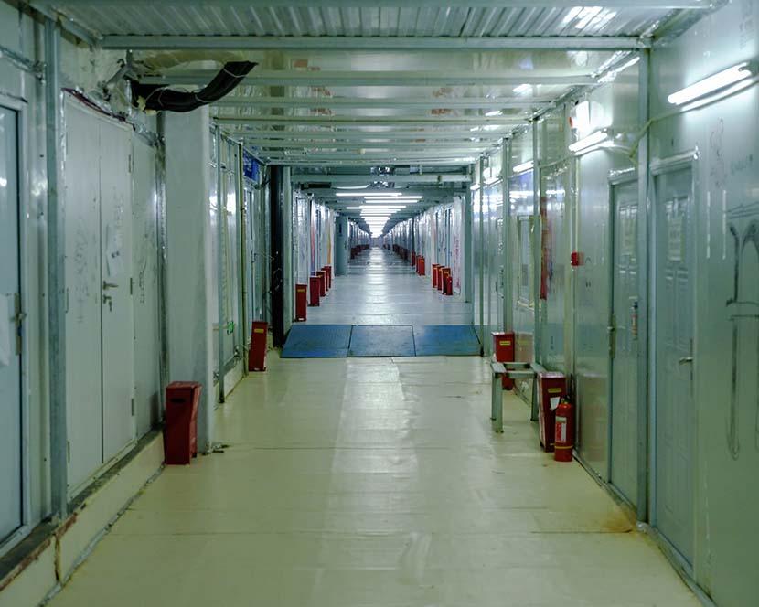 An empty hallway inside  Leishenshan Hospital in Wuhan, Hubei province, April 20, 2020. Shi Yangkun/Sixth Tone